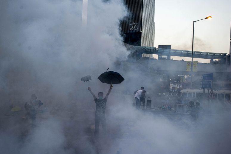 Manifestante envolto em uma nuvem de gás. Crédito Xaume Olleros/AFP