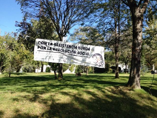"""Cartaz na Universidad Autónoma de Madrid em solidariedade à """"resistência curda"""". Crédito Diogo Bercito/Folhapress"""