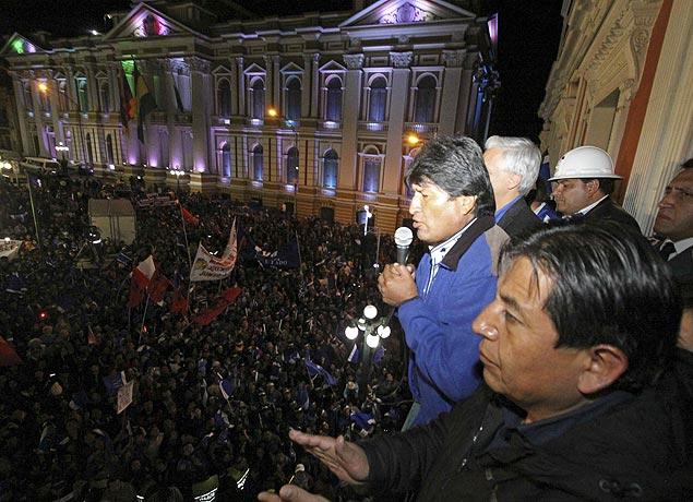 Evo Morales discursa para eleitores da varanda do Palácio presidencial, em La Paz. Crédito Reuters