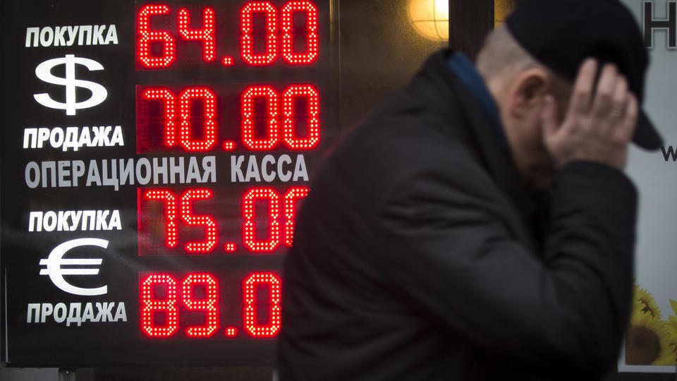 Anúncio de cotação do rublo, na Rússia. Crédito Alexander Zemlianichenko/Associated Press