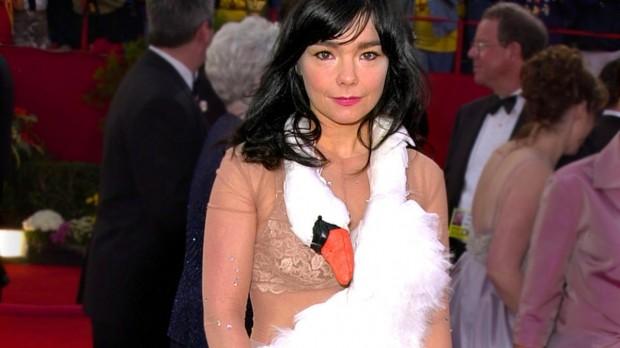O lendário vestido de ganso na cerimônia do Oscar, em 2001.
