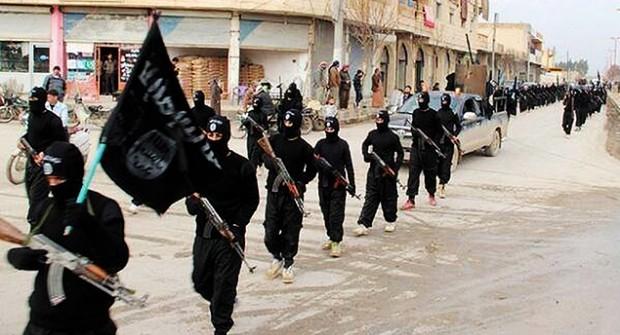 Foto de arquivo mostra militantes leais ao Estado Islâmico em Raqqa, na Síria