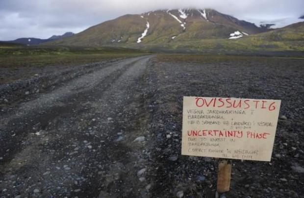 """Um """"aviso de incerteza"""" diante do vulcão Bardarbunga, na Islândia. Crédito Sigtryggur Johannsson - 19.ago.2014/Reuters"""