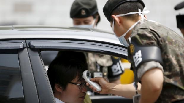 Coreano é testado para o vírus do MERS. Crédito Reuters