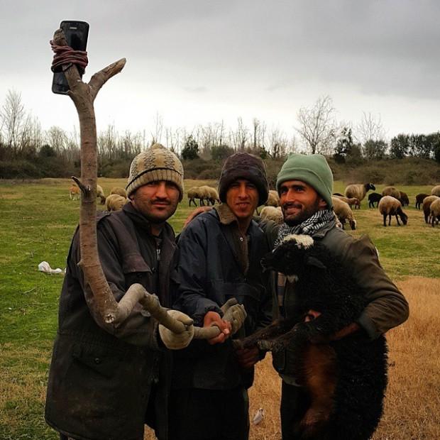 Fazendeiros improvisam um pau de selfie, no Irã. Crédito @Salarpolad