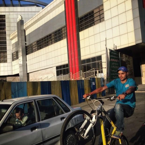 Ciclista em Tabriz. Crédito @Sharifaee