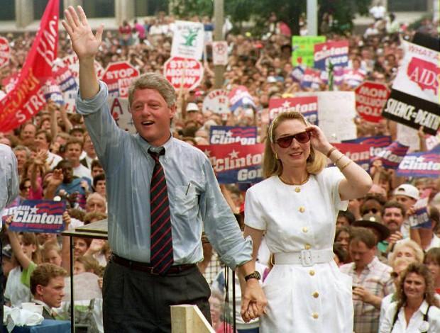 Hillary Clinton em vestido branco, em 1992, ao lado de Bill Clinton. Crédito  Tim Clary/AFP
