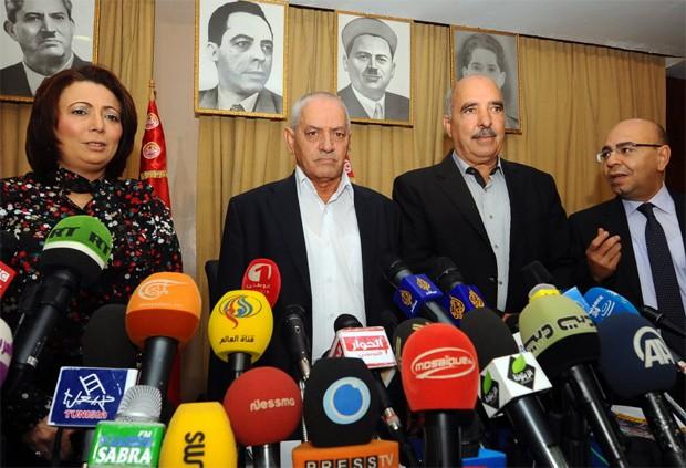 A partir da esquerda, Wided Bouchamaoui (Utica), Houcine Abbassi (UGTT), Abdessattar ben Moussa (Liga dos Direitos Humanos) e Mohamed Fadhel Mahmoud (Ordem dos Advogados), em foto de 2013