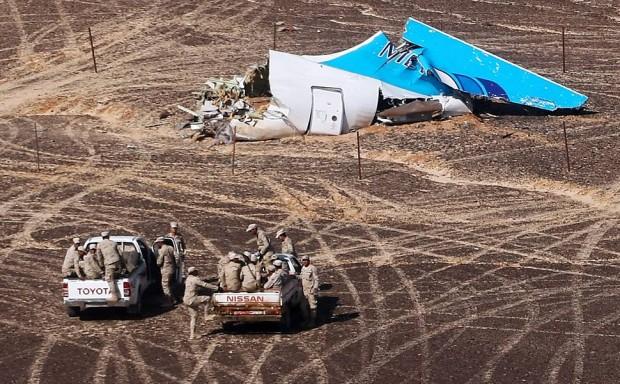 Restos do avião russo que caiu no deserto do Sinai.