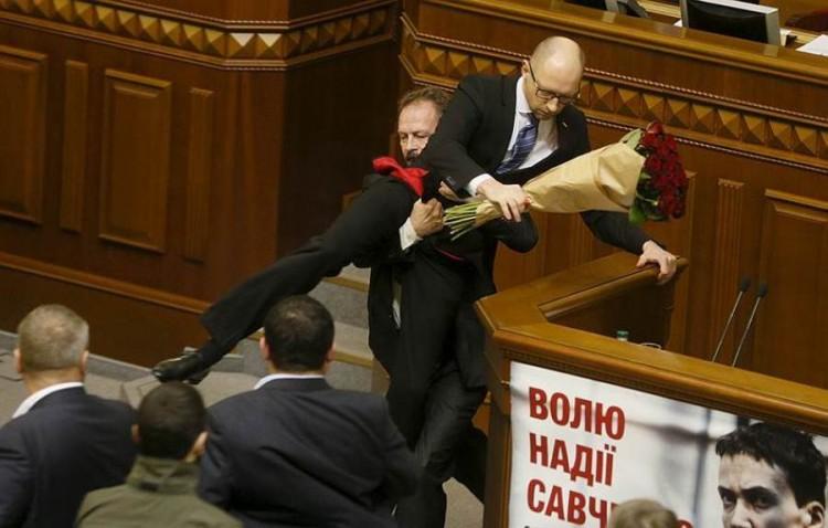 Premiê ucraniano removido da tribuna. Crédito Valentyn Ogirenko/Reuters