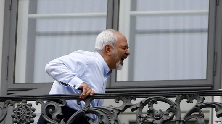 Chanceler iraniano Javad Zarif rindo durante negociações nucleares. Crédito Leonhard Foeger/Reuters