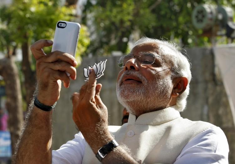 """O premiê indiano Narendra Modi faz """"selfie"""". Crédito Reuters"""