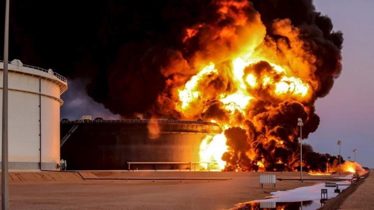 Explosão em tanque de petróleo em Ras Lanuf, Líbia. Crédito Reuters
