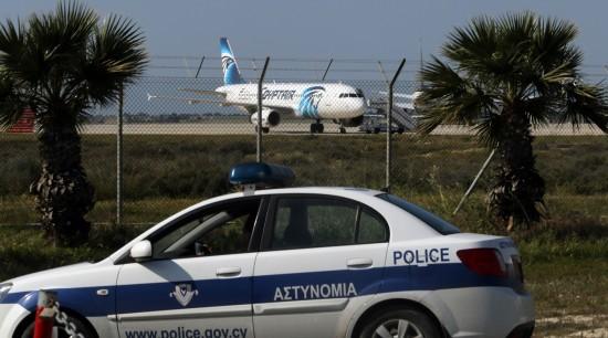 Polícia do Chipre isola parte do aeroporto onde pousou aeronave da EgyptAir sequestrada. Crédito Yiannis Kourtoglou/Reuters