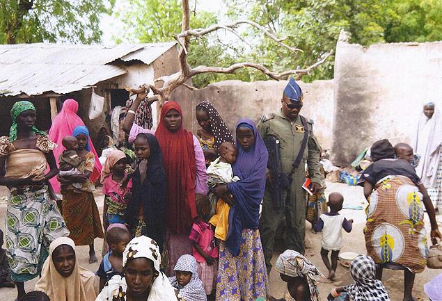 Imagem divulgada pelo Exército nigeriano em 2015 mostra grupo resgatado do Boko Haram. Crédito Exército da Nigéria/AFP