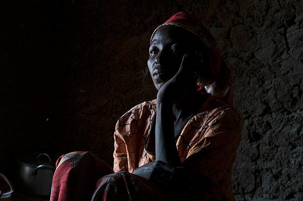 Rahila Amos, que foi sequestrada pelo Boko Haram e forçada a ter aulas de como realizar atentados. Crédito Tyler Hicks/The New York Times