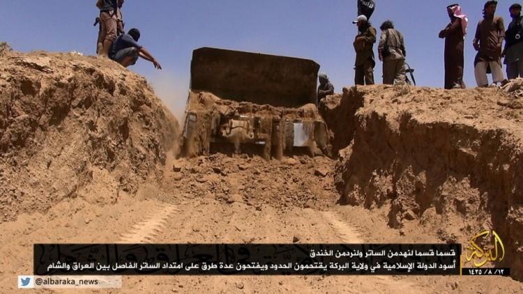 Imagem divulgada pelo Estado Islâmico em 2014, com a suposta destruição de um trecho da fronteira entre Iraque e Síria. Crédito Reprodução