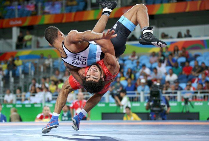 De vermelho, o atleta armênio Migran Arutyunyan. Crédito Reuters