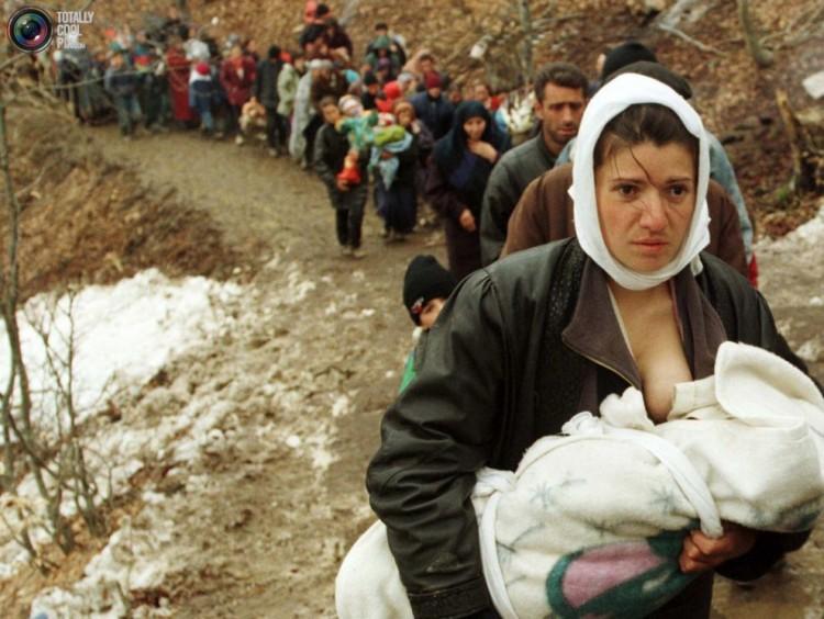 Uma albanesa entre outros refugiados da guerra de Kosovo, em 1999. Crédito Reuters/Otan