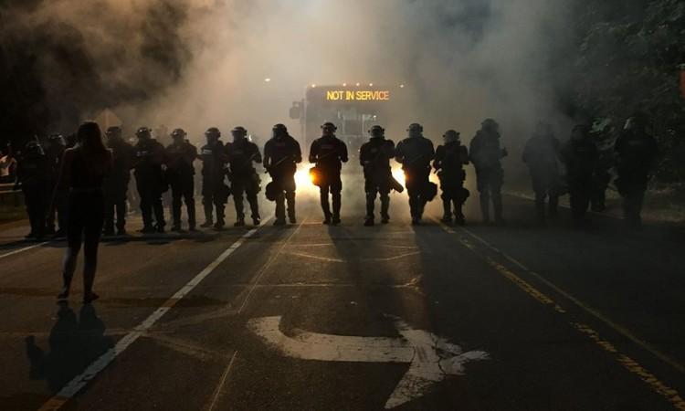 """Para o """"Guardian"""", esta foto resume os confrontos nos EUA. Crédito  Adam Rhew/AFP"""