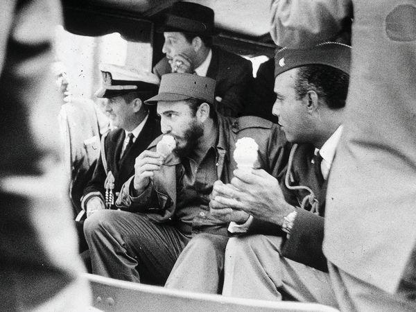 Fidel Castro toma sorvete no Bronx, em 1959. Crédito Meyer Liebowitz/Getty Images)