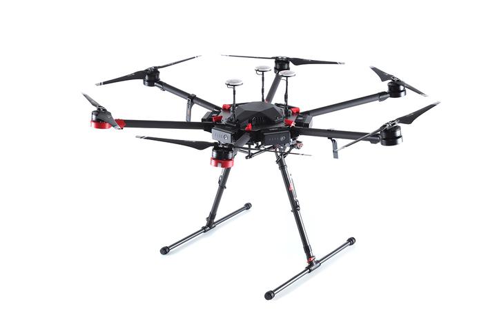 Foto de divulgação do drone do modelo DJI M-600. O equipamento é preto e tem seis hélices (Crédito: Divulgação)