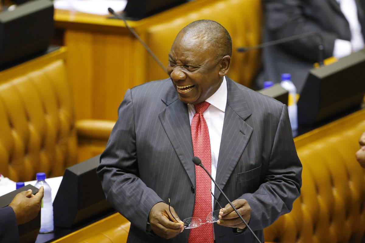 O presidente da África do Sul, Cyril Ramaphosa, sorri durante sessão do Congresso na Cidade do Cabo (Crédito: Mike Hutchings - 15.fev.2018/AP)