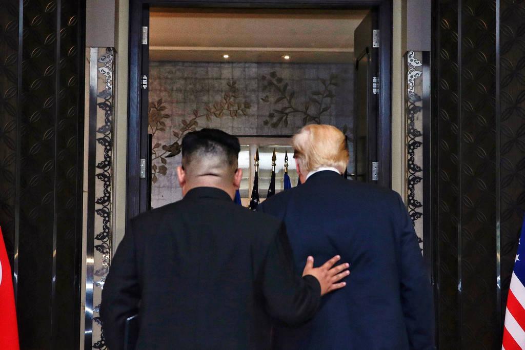 O ditador norte-coreano, Kim Jong-un (à esquerda), e o presidente americano, Donald Trump, após a assinatura de acordo em Singapura em junho