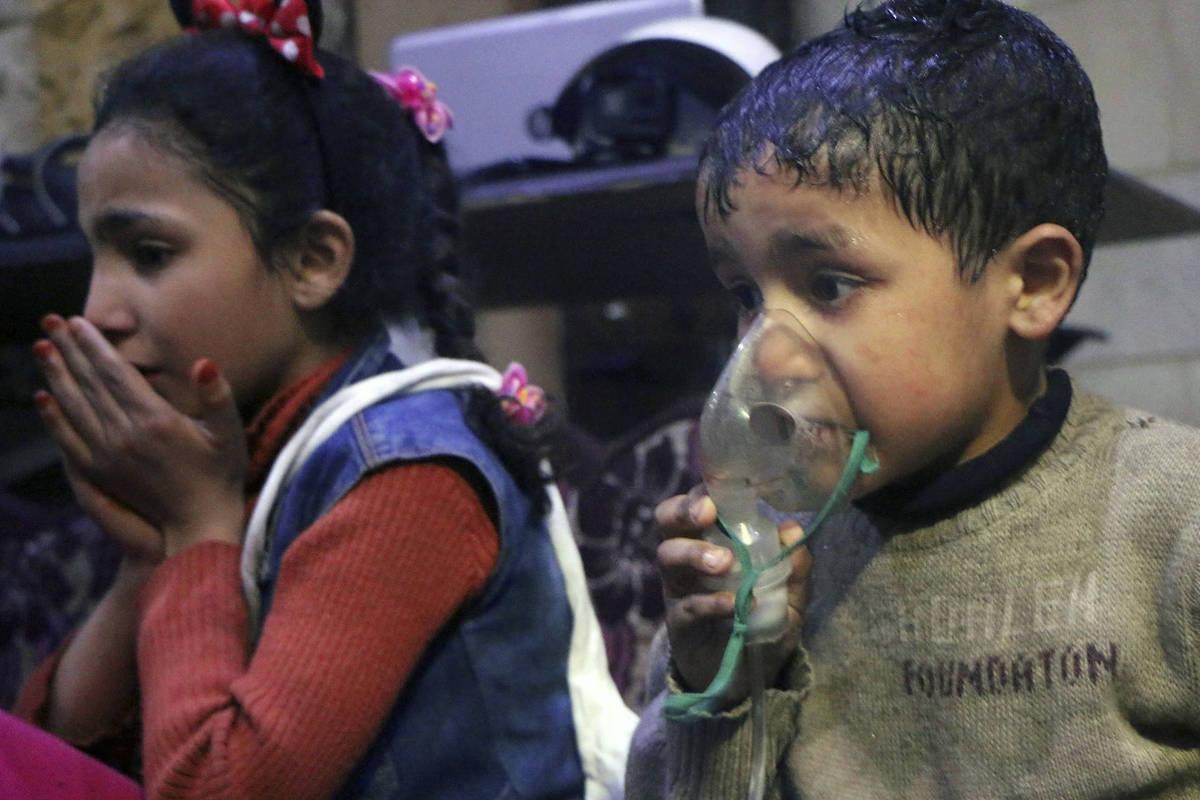 Criança recebendo oxigênio através de respiradores após suposto ataque com gás venenoso na cidade de Douma, perto de Damasco, na Síria