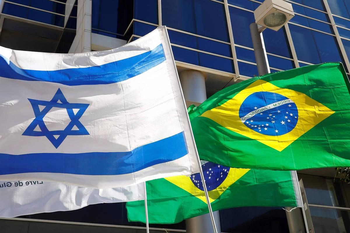 andeiras de Israel e Brasil erguidas perto da embaixada brasileira em Israel